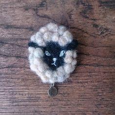 羊毛フェルトで作った羊のブローチです。羊の毛の部分は、ふわふわころころ少し立体的に作ってあり、かわいらしく存在感もばっちりです・・・*素材羊毛フェルト刺繍糸ボ...|ハンドメイド、手作り、手仕事品の通販・販売・購入ならCreema。