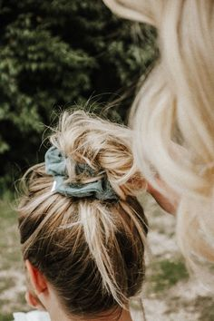 Scrunchies are Back Babyyyyy! These polka dot scrunchies with long bows make f… – Hair Styles Messy Hairstyles, Pretty Hairstyles, Scrunchy Hairstyles, Everyday Hairstyles, Headband Hairstyles, Wedding Hairstyles, Scrunchies, Undone Look, Good Hair Day