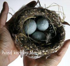 HAND-KNIT. Wol gebreid & vilten vogel Nest en eieren. Lege Nester. Een ei voor elk kind. Lege Nest of niet. door woollysomething op Etsy https://www.etsy.com/nl/listing/94020462/hand-knit-wol-gebreid-vilten-vogel-nest