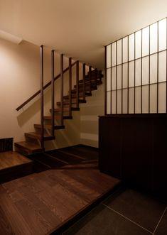 格子のピッチをできるだけ細くし、上質な雰囲気のある階段周りに