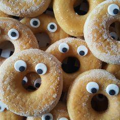 Mijn zoontje wou graag donuts uitdelen, zo gezegd zo gedaan. De oogjes heb ik gemaakt van fondant en deze met eetbare lijm op de donuts geplakt. Een geslaagde traktatie, SUPER simpel om te maken en nog leuk en lekker ook!