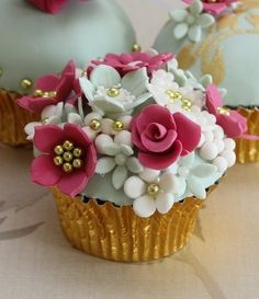 Very pretty flowered cupcakes ~ cupcake passion Cupcakes Design, Fancy Cupcakes, Pretty Cupcakes, Beautiful Cupcakes, Yummy Cupcakes, Wedding Cupcakes, Gold Cupcakes, Spring Cupcakes, Gourmet Cupcakes