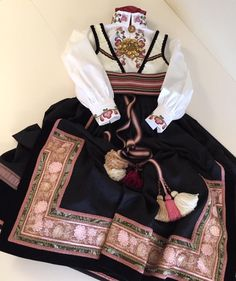 Ny beltestakk klar til utlevering til 17 mai! Folk Costume, Costumes, Ethnic Outfits, Ethnic Clothes, Thinking Day, Bridal Crown, Nordic Style, Bohemian Gypsy, Norway