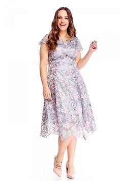Společenské šedé šaty s výšivkami květin ve světle růžové barvě jsou jako předurčené na jarní a letní svatby. Delší střih s průhledným spodním lemem, mírně pružný materiál (95% polyester, 5% elastan), krátký rukávek, zapínání na skrytý zip na zádech, vypasované. Doporučujeme zvolit vyšší podpatek. High Low, Dresses, Fashion, Vestidos, Moda, Fashion Styles, Dress, Fashion Illustrations, Gown