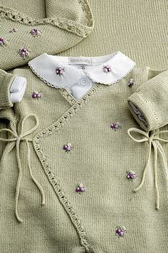 Cashquere verde, com bordados mini flores lilás, bom body gola também bordada e manta coordenada = Um luxo para sair da maternidade!   Flickr - Photo Sharing!