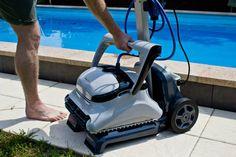 Transportiert wird der Poolsauger mithilfe eines praktischen Caddys.