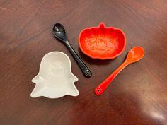 Le Creuset Halloween Set 1 mini pumpkin 1 ghost 1 black spoon 1 flame spoon Family Closet, Halloween Plates, Le Creuset Cookware, Mini Pumpkins, New Dolls, Toy Boxes, Spoon, Tableware, Black
