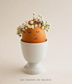 Mini couronne de petites fleurs montées sur fil de fer pour décorer les œufs de Pâques.