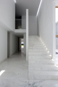 Visions of an Industrial Age // This is how Mexico City-based architectural firm Lucio Muniain et al describes Casa AR, an 875 sqm private residence located in Ciudad López Mateos, also in Mexico. Minimalist Architecture, Space Architecture, Minimalist Interior, Contemporary Architecture, Minimalist Decor, Minimalist Design, Marble Staircase, Interior Staircase, Interior Minimalista