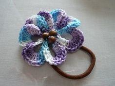 残した糸にとじ針や刺繍針を通し、花モチーフの中心にビーズなどの飾りを縫いつけます。刺繍針を使う場合はゴムにも何回か針を通すとしっかりするでしょう。糸始末をして出来上がり~♪ Crochet Projects, Sewing Projects, Scrunchies, Crochet Necklace, Hair Accessories, Beads, Knitting, Inspiration, Crocheting