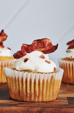 Comme la cérise sur la gâterie - ajoutez un morceau au bacon par dessus votre cupcake à la cassonade pour embellir! #cupcake #recette