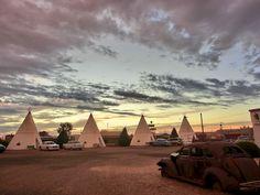 Wigwam motel på Route 66, Arizona Den første af flere specielle overnatninger på vores roadtrip og helt sikkert en af de mere specielle på Route 66. Ikke hver dag man har mulighed fr at overnatte i en teepee. http://www.renefrederiksen.dk/2011/08/21/wigwam-motel-pa-route-66/?src=pin