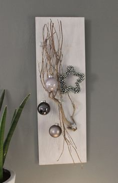 Wooden board, stained white, decorated with a vine branch, small wooden stars, balls and a miniature star! Christmas Wall Art, Modern Christmas, Christmas Home, Handmade Christmas, Christmas Holidays, Christmas Wreaths, Christmas Ornaments, Christmas Ideas, Deco Table Noel