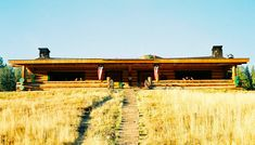 Working Ranch Houses Houses on cattle ranches were practical, unadorned, single-story buildings on the prairie. Houses Houses, Modern House Design, Traditional House, Modern Rustic, Cattle, Get The Look, 19th Century, Ranch, Buildings
