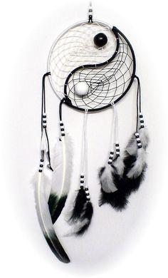 De dromenvanger is een traditioneel object afkomstig van een Indianenvolk in Amerika, de Ojibweg. Een dromenvanger is bedoeld om nare dromen weren, de slechte dromen worden in de dromenvanger opgevangen zodat ze niet je hoofd binnendringen. Veel ouders hangen dromenvangers boven het bed van hun kind, maar een dromen vanger kan ook heel leuk als decoratie…