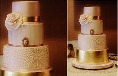 bolo de casamento de ouro metálico por Sweet Perfection UA