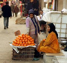 Fruit sellers at de back streets from de old part of de city by Khan Khalili Souk to Bab Zawaila in Cairo, Delta_ Egypt Life In Egypt, Egypt Today, Egypt Travel, Cairo Egypt, Luxor, North Africa, Ancient Egypt, Street Photography, Modern