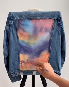 Colorful Jacket Painting - This colorful painting transforms your old jacket into a brand new fashionable one! By: colorbyfeliks Painted Denim Jacket, Painted Jeans, Painted Clothes, Denim Paint, Diy Jeans, Diy Clothes Videos, Clothes Crafts, Denim Kunst, Diy Fashion