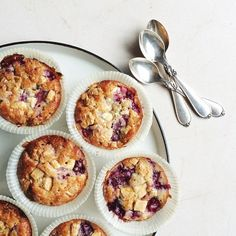 Muffins with raspberries and white chocolate Flan, Cupcake Frosting, Cupcakes, Raspberry And White Chocolate Muffins, Mini Muffins, Yummy Cakes, Food Inspiration, Sweet Recipes, A Food