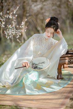商拍 - 摄影师梦涵 - 图虫网 - 优质摄影师交流社区 Traditional Fashion, Traditional Dresses, Fanart, Chinese Clothing, Oriental Fashion, Chinese Culture, Beauty Art, Hanfu, Chinese Style