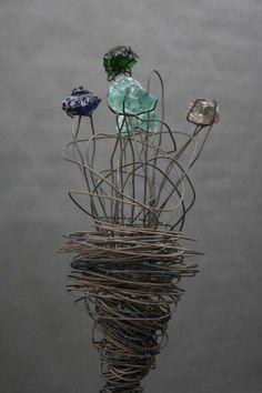 Blumenskulptur aus Draht und farbigen Glas Brocken