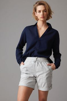 Crafted in beautifully natural blends of linen and tencel, our relaxed popover shirts are available in a range of neutral hues that pair perfectly with denim. Featuring a flattering curved hemline, collared V neck, and subtly branded metal buttons, this shirt is seriously versatile. Wear yours tucked into tie waist pants, relaxed over denim, or with a fluid skirt and trainers for a chic on-the-go look.