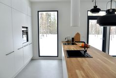 High and narrow window in kitchen Cosy Kitchen, Huge Kitchen, Updated Kitchen, Flat Interior, Interior Decorating, Interior Design, Interior Architecture, Kitchen Design, Sweet Home