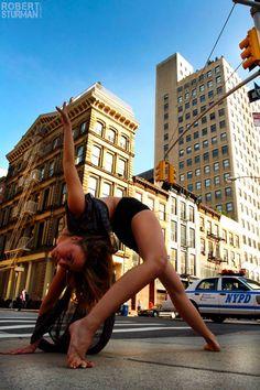 I hope my wild thing gets into something like this! :Yoga In The Streets Of New York City (Stunning Slideshow) Yoga Pictures, Yoga Photos, Namaste, Yoga Moves, Ballet, Yoga Photography, Beautiful Yoga, My Yoga, Poses