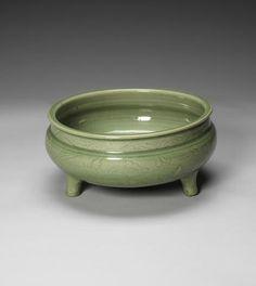 A Longquan celadon-glazed tripod bowl, Ming Dynasty, century - Alain. China China, Chinese Ceramics, National Treasure, Tea Bowls, Chinese Antiques, 15th Century, National Museum, Tripod, Japanese Art