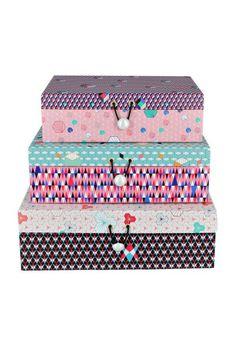 Set de 3 Boîtes en carton décoratif, par la marque Été 36. Réveiller le style de votre bureau. Vous n'aurez plus d'excuses pour ranger vos affaires.#boite #rangement #soldes #codeinedeco