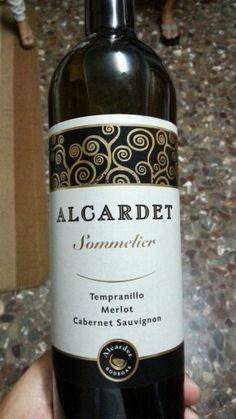 Que grata sorpresa con este vino de Castilla La Mancha. Merlot, Cabernet-Sauvignon y Tempranillo. Se puede adquirir en Hipercor. Calidad-precio muy bueno. No faltará en mi pequeña bodega -un todos los días. Color rojo cereza intenso, con tonos violaceos. Aromas frutales maduros.