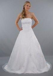 """Das schulterfreie Brautkleid """"Lena"""" überzeugt durch schlichte Eleganz ☆ Dezent bestickt mit blickdichter Schnürung für den perfekten Sitz ☆ Damit sich die Braut auf ihrer Hochzeit auch richtig wohl fühlt!"""