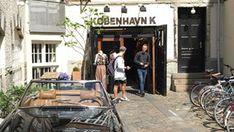 K_København KStudiestræde, de naam zegt het al een beetje. Deze straat begint bij de universiteit van Kopenhagen en in die buurt zijn genoeg leuke winkels te vinden. Vooral voor liefhebbers van vintage kleding is dit een goede buurt. Naast winkels zijn hier ook leuke barretjes en tentjes voor een betaalbare lunch.