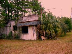Abandoned Florida Welcome Center on US Highway 301 Abandoned Plantations, Abandoned Mansions, Abandoned Houses, Abandoned Places, Desert Places, Old Florida, Better Day, Daytona Beach, Urban Exploration