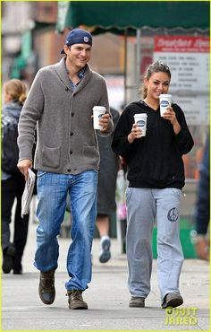 Ashton Kutcher and Mila Kunis casual couples style Hollywood Couples, Hollywood Gossip, Celebrity Couples, Hollywood Fashion, Celebrity Gossip, Hollywood Actresses, Mila Kunis Ashton Kutcher, Mila Kunis Style, Post Baby Body