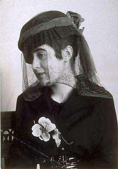 Nicola Perscheid: Trauerhut von Regina Friedländer, Berlin, 1916. Silbergelatine Vintage Print.