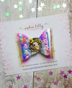 This listing is for 1 mermaid hair bow measuring approx 9cm across with a handmade clay mermaid in the centre. This bow can be customised to be put onto a clip or headband. Item details Headband - Nylon one size fits all Clip - crocodile clip **saftey** Please be aware that