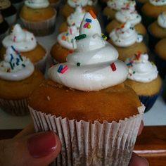 Boa pedida para assistir o jogo do Brasil ... Cupcake de Baunilha ... SINHÁ AÇÚCAR em São Paulo / SP ... Encomendas comigo: TIM (11) 98671-6390 / VIVO (11) 95786-3745 ... sinhaacucar.blogspot.com.br ... sinhaacucar@gmail.com   #cupcake #sweet #candies #de