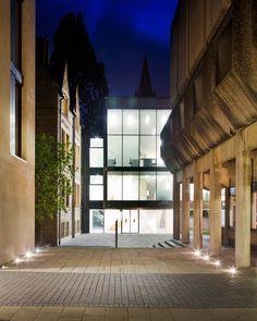 Зеркальная труба    Футуристичное здание Центра Ближнего Востока в Оксфордском Университете, спр�...