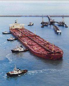 Supertanker Knock Nevis/ Jahre Viking arrives in Rotterdam harbor. Merchant Navy, Merchant Marine, Tanker Ship, Marine Engineering, Oil Tanker, Tug Boats, Armada, Sea And Ocean, Tall Ships