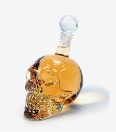 Pour tous les fans de vodka, vous allez adorer boire dans cette bouteille en forme de tête de mort qui vous fera sentir encore plus fort !