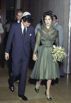 Les plus belles robes de mariée de couleur des stars Elizabeth Taylor http://www.vogue.fr/mariage/inspirations/diaporama/les-plus-belles-robes-de-marie-de-couleur-des-stars/24643#les-plus-belles-robes-de-marie-de-couleur-des-stars-12