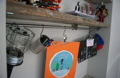 een jongens kamer met steiger hout afbeelding