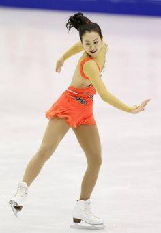 全日本フィギュアの女子ショートプログラム(SP)で演技する浅田真央(札幌市の真駒内セキスイハイムアイスアリーナ)