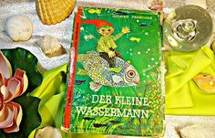 Früher schwamm 'Der kleine Wassermann' durch jede Fibel und erfreute die kleinen ABC-Schützen.🐠 Mit seiner roten Zipfelmütze macht er den Mühlweiher unsicher und erlebt mit den anderen Teichbewohner so einige Abenteuer.🐚  #otfriedpreussler #kinderbuch#buch #buecher #bücher #reading #lesen