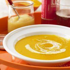 Ein Glas stückiges Apfelmus macht die Kürbissuppe richtig schön fruchtig. Am schnellsten geht's mit Hokkaido-Kürbis - den müsst ihr nicht mal schälen! Und falls noch Birnen weg müssen: Die passen auch prima in die Suppe Zum Rezept: Fruchtige Kürbissuppe