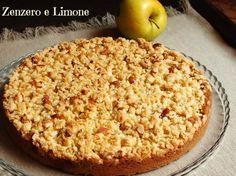 La torta di mele con crumble è una vera delizia: morbida dentro e croccante sopra. Una torta buonissima e molto raffinata pur nella sua estrema semplicità