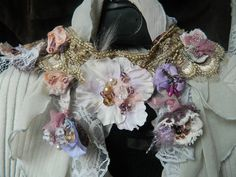 Lace choker with flowers embroideries par Romanticstitched sur Etsy Handmade Crafts, Handmade Jewelry, Australian Vintage, Fantasy Jewelry, Junk Journal, Chokers, Gems, Necklaces, Embroidery