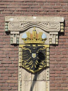 Wapen van de stad Nijmegen van Egidius Everaerts op de gevel van het voormalig kantoor Nijmeegsche Bankvereeniging Van Engelenburg & Schippers aan de Hertogstraat.