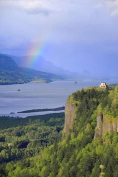 ✮ Dramatic sky and rainbow on the Columbia Gorge - Oregon